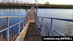 Часовы пантонны мост праз канал, існуе з 1980-х гадоў