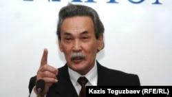 Мурат Ибраев, отец арестованного профессора Саята Ибраева, на пресс-конференции. Алматы, 7 октября 2010 года.
