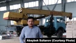 Предприниматель Абайбек Султанов на территории будущего спортивно-оздоровительного комплекса, в строительстве которого участвовала его компания. Алматинская область, 2018 год.