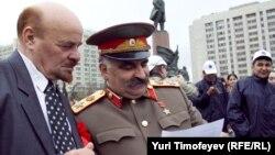 Двойники Ленина и Сталина на первомайской акции в Москве