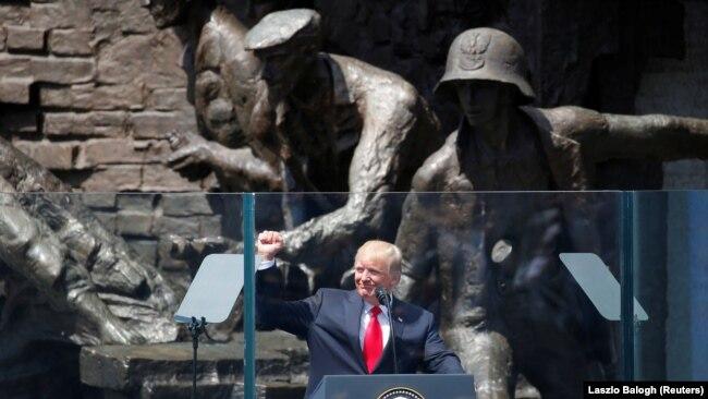 Дональд Трамп выступает на площади Красиньских в Варшаве у памятника участникам восстания в августе 1944 года