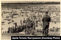 «Уманська яма» ‒ табір для радянських військовополонених, який на околиці міста влаштували нацисти. Серпень 1941 року. Фото із колекції Тетяни Пастушенко