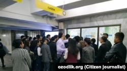 Люди стоят возле кассы станции «Беруний» Ташкентского метрополитена.