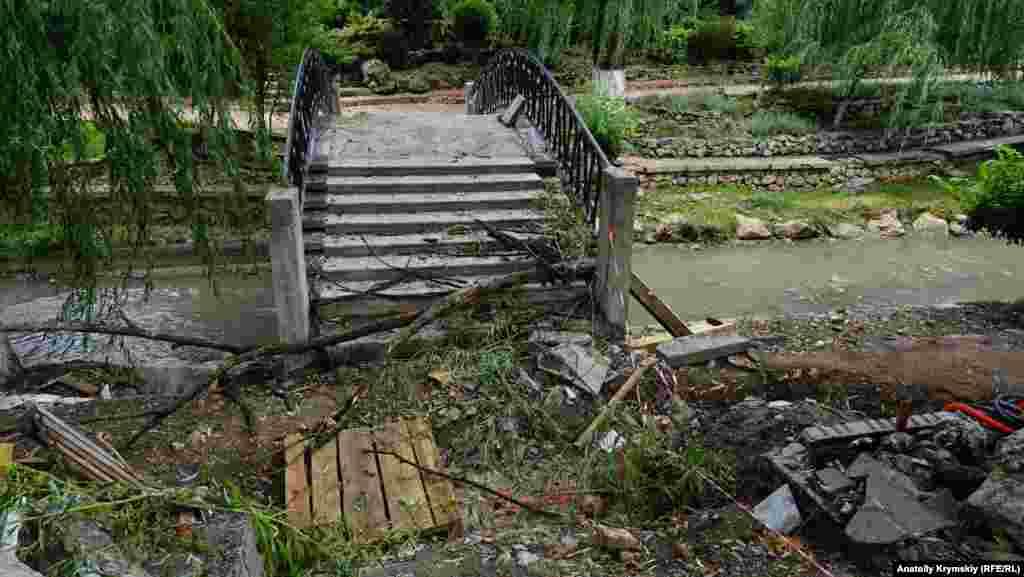 Вход на арочный мостик через реку перекрыли подручными средствами