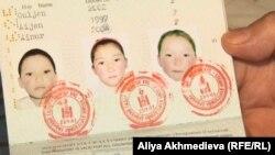 Фотографии детей Сауле Каспай в ее паспорте. Алматинская область, март 2013 года.