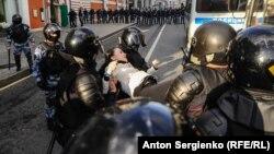 Ռուսաստանում ցույցի ժամանակ ոստիկանություն ուժ կիրառելով բերման է ենթարկում ցուցարարին, արխիվ