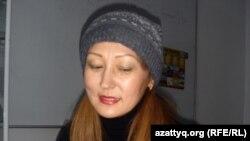 Ақтөбе қаласының тұрғыны Елена Нұрманова тағы бір қалам сатып алып жатыр. Ақтөбе, 15 қараша 2012 жыл.