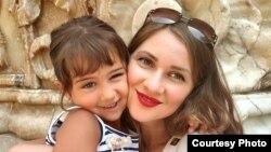 Мария Ковалева қызы Викториямен бірге.