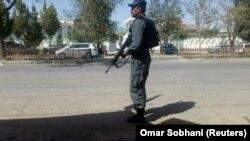Сотрудник афганской полиции недалеко от мечети, на которую совершено нападение. Кабул, 25 августа 2017 года.
