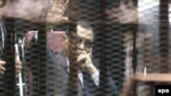Египеттің бұрынғы президенті Хосни Мүбәрак сот залында. Каир, 5 мамыр 2015 жыл.