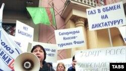После смерти Ниязова Россия может «воспользоваться» ситуацией и добиться снижения цен на туркменский газ, считают эксперты