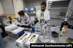 Сотрудники антидопинговой лаборатории в Москве
