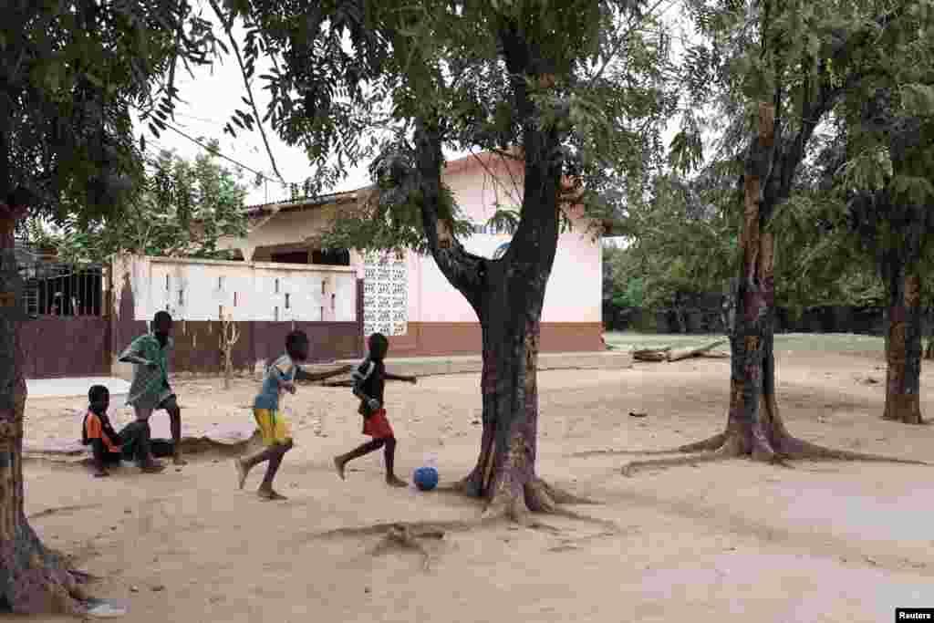 Футбольный матч в школьном дворе. Гана, 14 мая 2018 года.