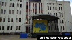 23 серпня користувачі соцмереж звернули увагу на те, що в Броварах Київської області місцева влада на сцені, побудованій для проведення заходів з нагоди Дня Незалежності України, вивісила банер з картою держави без Криму і частини Донбасу