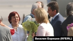 Кристияна Вълчева получава букет от Георги Първанов и съпругата Зорка му при завръщането ѝ в София