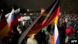 На марші ісламофобів у Дрездені 5 січня були й російські прапори