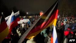 Zastave Nemačke i Rusije na demonstracijama antiislamskog pokreta PEGIDA u Drezdenu, 2015. godine