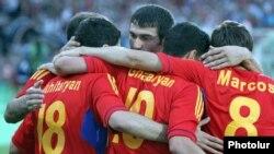 Հայաստանցի ֆուտբոլիստները տանում են իրենց գոլը Ղազախստանի թիմի հետ ընկերական հանդիպման ժամանակ, Երեւան, 5-ը հունիսի, 2012թ.