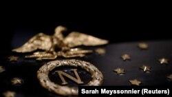 A hadvezér nevének kezdőbetűje és a francia császári sas látható Napóleon ereklyetartó koporsóján.