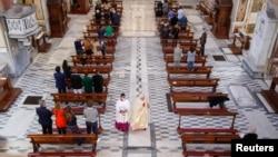 В Рим литургиите се проведоха при стриктни ограничения