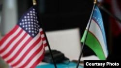 Государственные флаги США и Узбекистана.