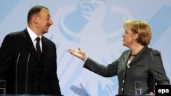 Angela Merkel və İlham Əliyev 2010-cu ildə keçirilmiş mətbuat konfransı zamanı.