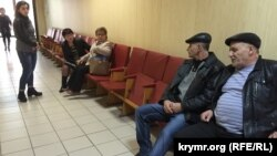 Родные Мустафы Дегерменджи в ожидании заседания в Верховном суде Крыма