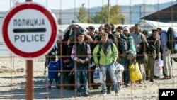 Izbeglice u Makedoniji čekaju autobus za Srbiju (Ilustracija)
