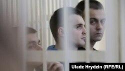 Падсудныя Антон Вяжэвіч,Ягор Скуратовіч і Яўген Бараноўскі (зьлева направа)