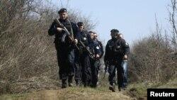 Мердаре - патрола на косовската полиција во близина на местото каде што беа уапсени двајцата косовски полицајци.