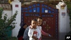 Ujgur gyerekek az udvaron játszanak, Hotán (Kína), 2018. szeptember 20.