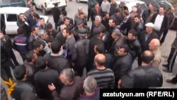 Օհանավան և Կարբի գյուղերի բնակիչները փակել են Աշտարակ - Ապարան մայրուղին. նրանք բողոքում են ՀԷԿ-ի շինարարության դեմ, 14-ը մարտի, 2014թ.