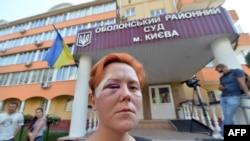 """Femen"" toparynyň aktiwisti Anna Hutsol sud jaýynyň öňünde, Kiýew, 28-nji iýul, 2013."