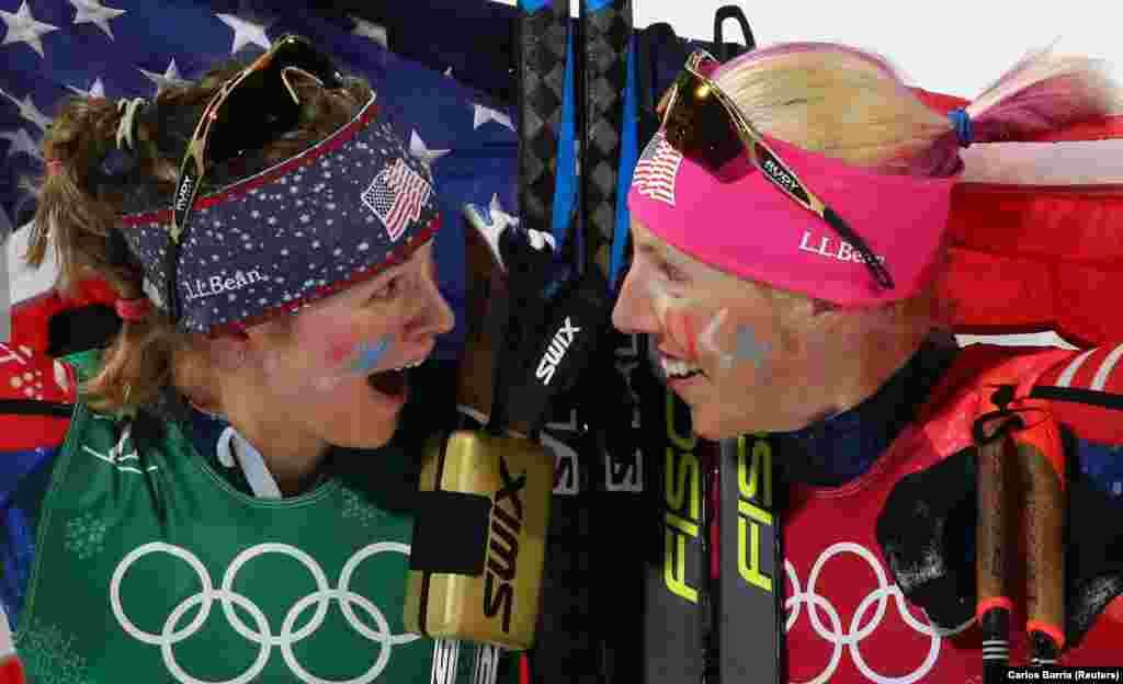 Лижні гонки:Джессіка Хіггінс і Кіккан Рендалл зі США святкують перемогу.Спортсменки завоювали золоту медаль, вигравши жіночий спринт