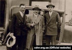 Євген Коновалець (по центру) із невідомими, 1930-і роки
