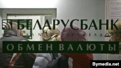 Белорусский Нацбанк рассчитывает на слабость доллара и может допустить девальвацию своей валюты на 15-20%