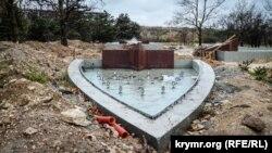 Один из недостроенных фонтанов в севастопольском парке Победы наполнен водой после дождя. Ноябрь 2018 года