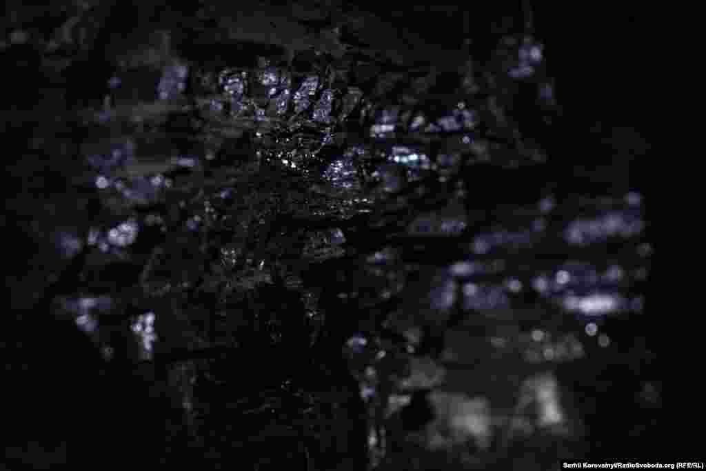 Вугілля видобувають у лаві – комплексі тунелів та машин. На шахті «Південнодонбаська №1» пласти мають висоту всього близько одного метра. Згори і знизу кожен пласт оточений породою, непридатною для переробки