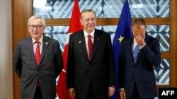 Jean-Claude Juncker (stânga), Recep Tayyip Erdogan și Donald Tusk (dreapta), la reuniunea NATO