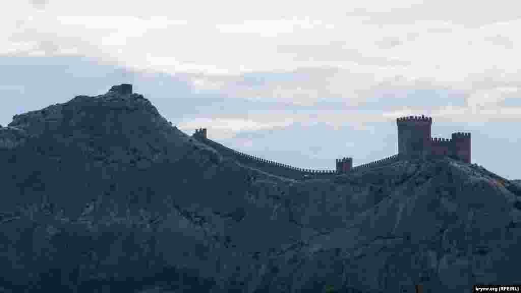 Краєвид із набережної на головну пам'ятку міста – Генуезьку фортецю