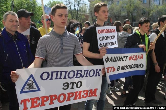 Маріупольці 30 квітня провели акцію у відповідь на заяву місцевого депутата Андрія Федая від імені «Опозиційного блоку» про нібито «утиски» російськомовних громадян українською владою