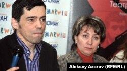 Художественный руководитель театра Ирина Симонова и директор Марсель Крон. Алматы, 17 февраля 2014 года.