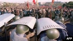 Сотрудники ОМОНа прикрываются щитами, пытаясь остановить шествие сторонников Верховного совета во время противостояния октября 1993 года