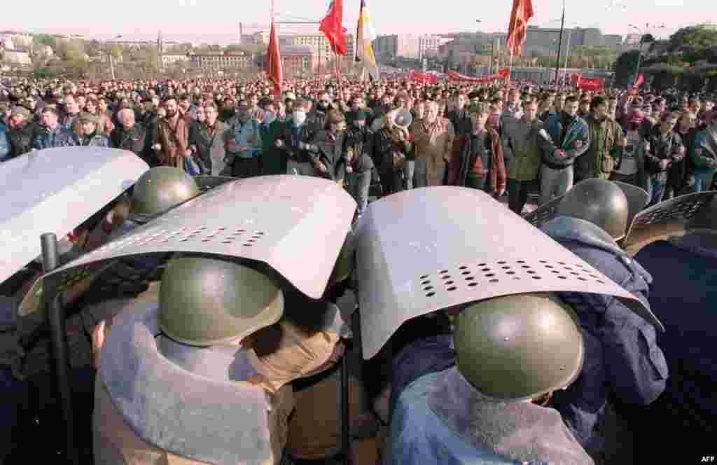 Ельцин карарына җавап буларак парламент аңа импичмент игълан итте һәм вице-президент Александр Руцкойны президент итеп билгеләде.