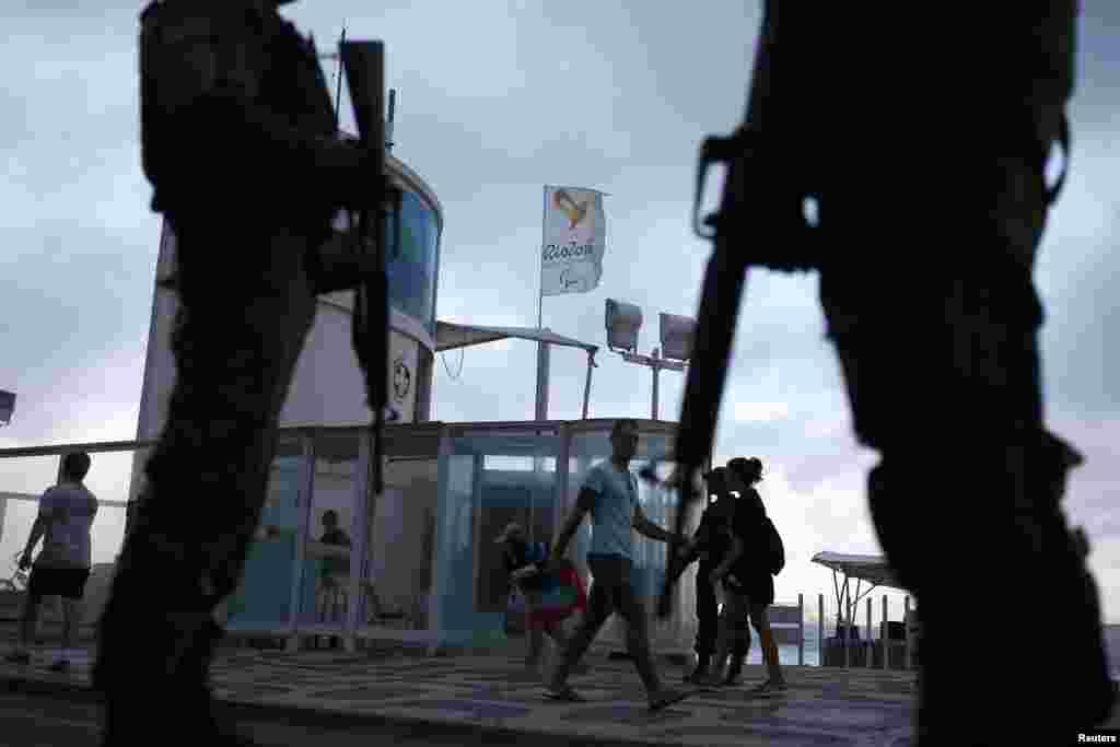 Накануне Олимпиады в городе Рио-де-Жанейро усилены меры безопасности в местах, где много бывает туристов.
