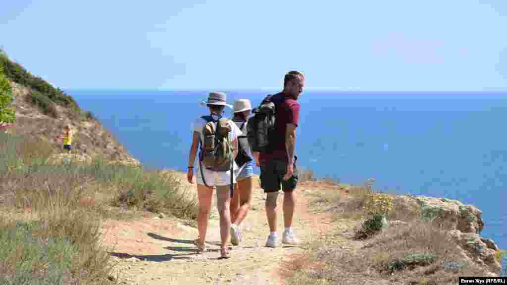 Туристи йдуть на пляж «Баунті», популярний завдяки морській воді бірюзового кольору. Місцеві ж називають цей пляж «Маяк»