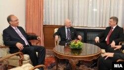 Претседателот Ѓорге Иванов, посредникот на ОН Метју Нимиц и преговарачот Зоран Јолевски.
