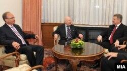 """Архивска фотографија: Средба на претседателот Ѓорге Иванов и посредникот на ОН Метју Нимиц во вилата """"Билјана"""" во Охрид."""