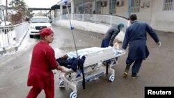 Мужчины перевозят на носилках одну из жертв взрыва в Кабуле, 7 февраля 2017 года.