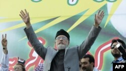 Tahir-ul-Qadri duke folur para mbështetësve